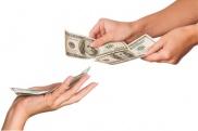 Руки берут деньги
